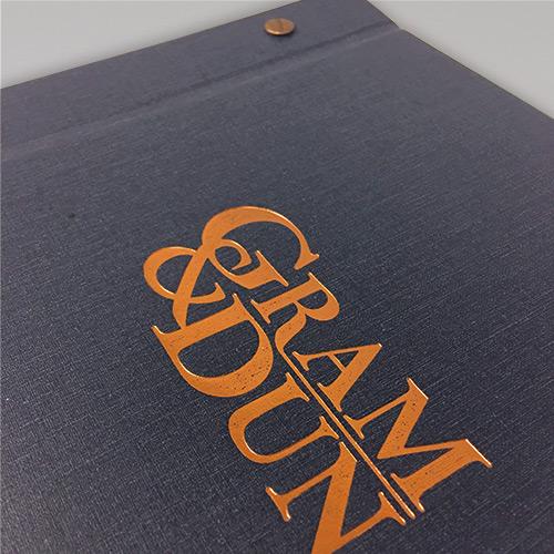 Mẫu menu vải với logo được ép kim