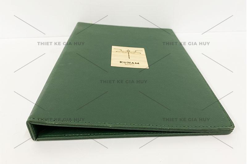 mẫu menu bài da đóng gáy còng với logo khắc laser lên miếng gỗ