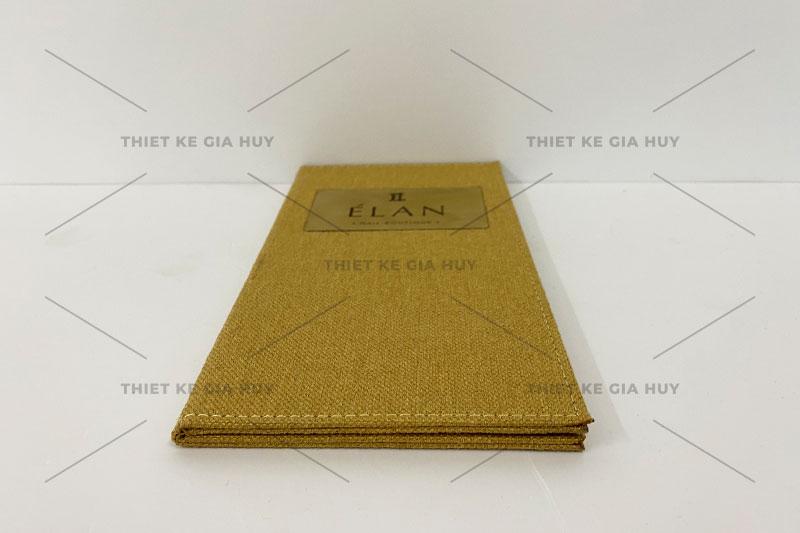 mẫu menu bìa vải lien với logo được khắc laser trên miếng đồng