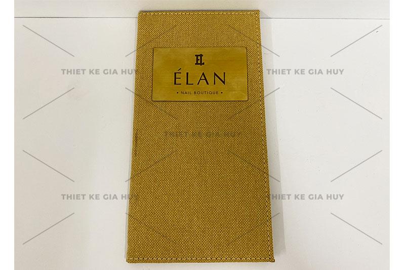 mẫu menu bìa vải linen với logo khắc laser trên miếng đồng