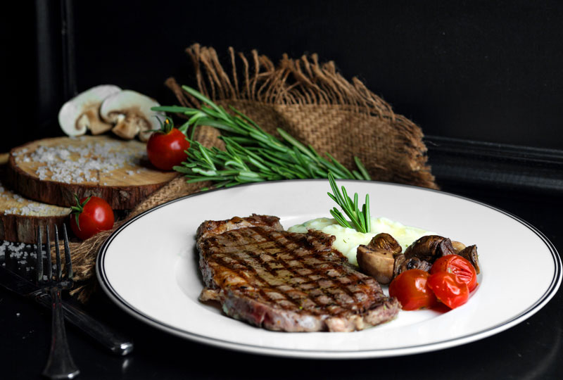 Diễn đàn rao vặt tổng hợp:  Beef-steak-served-with-rice-mushroom-tomato